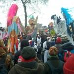 """Sambagruppe mit Trommeln und figuren """"no pasaran"""""""