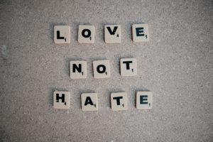 """Von wegen """"Bleibt in der Liebe"""": Grenzüberschreitungen durch Querdenker"""